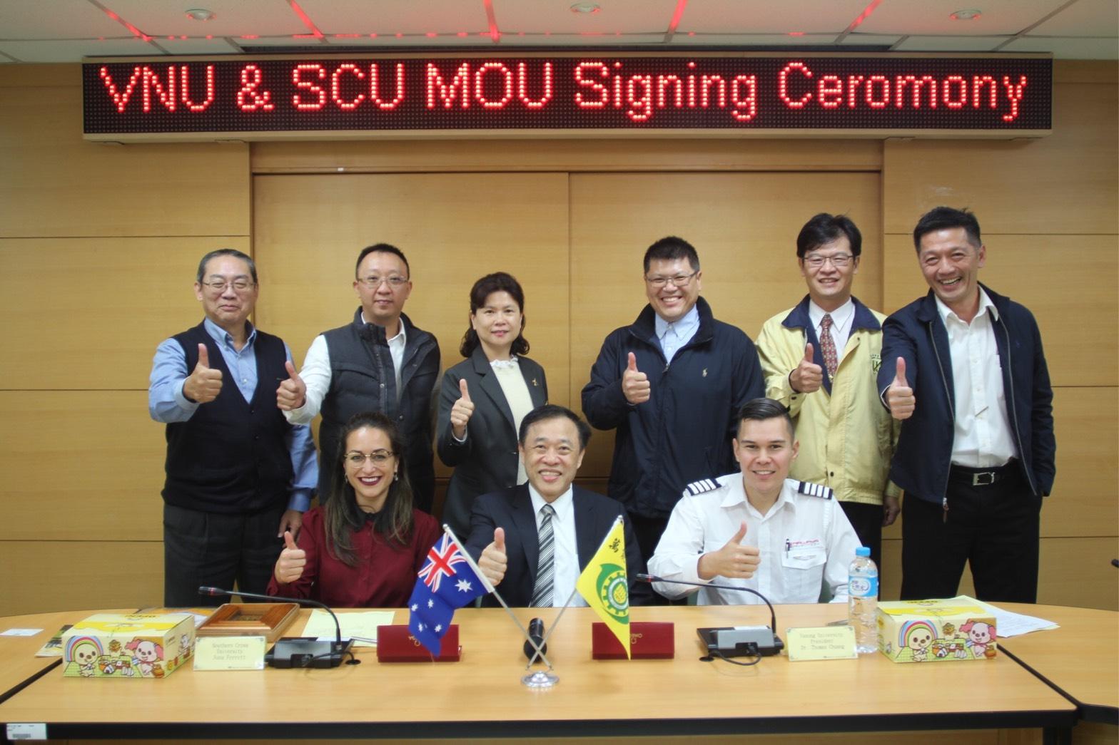 萬能科技大學莊暢校長(前排中)與澳洲南十字星大學代表Juna Ferrett(前排左)相見歡