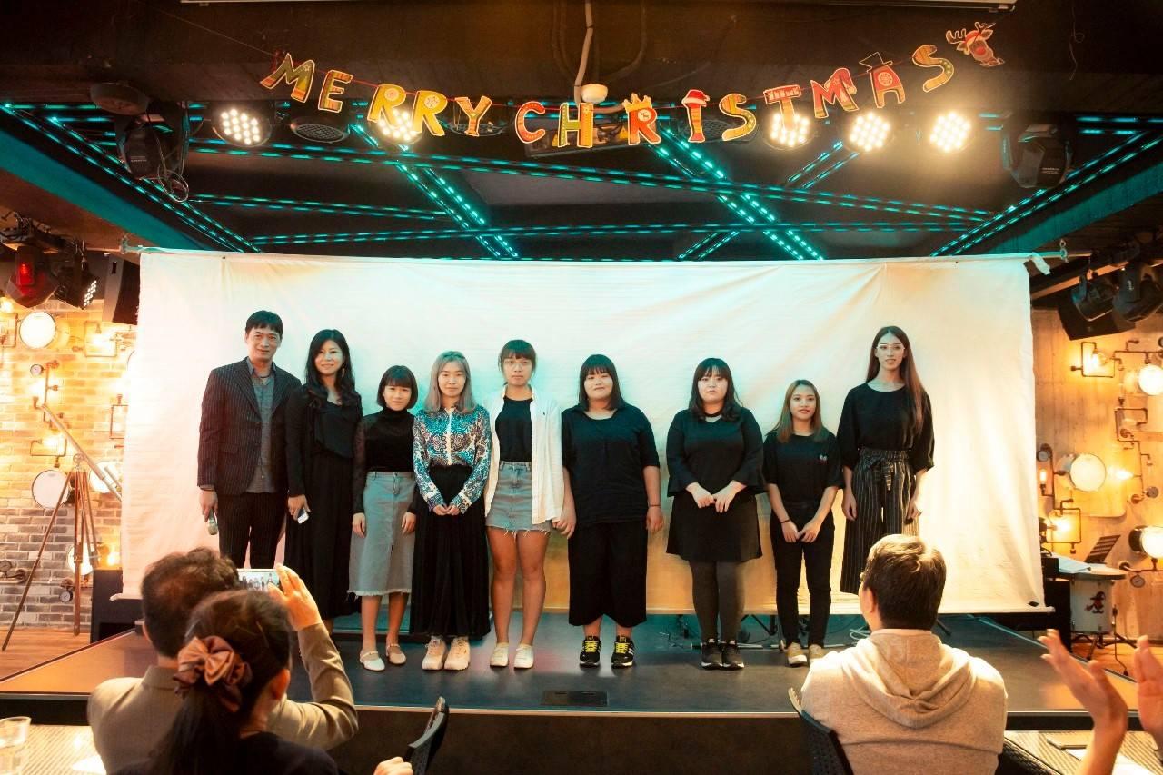 陳育睿老師(左)帶領的萬能時尚造型團隊