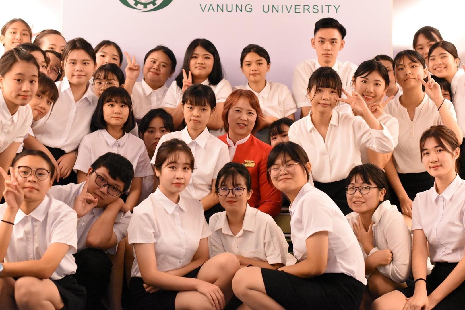 萬能航服系魏慶芳老師(中)與參加訓練營的高中職學生